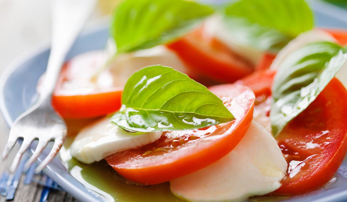 How to prepare a caprese salad